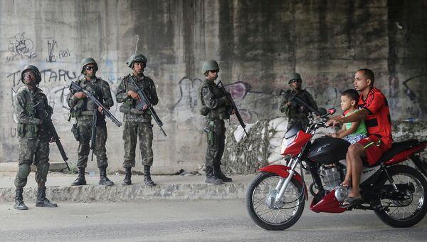 Бразильские солдаты в фавелах Рио-де-Жанейро