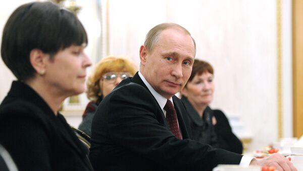 Президент России Владимир Путин на встрече в Кремле с женщинами. Архивное фото