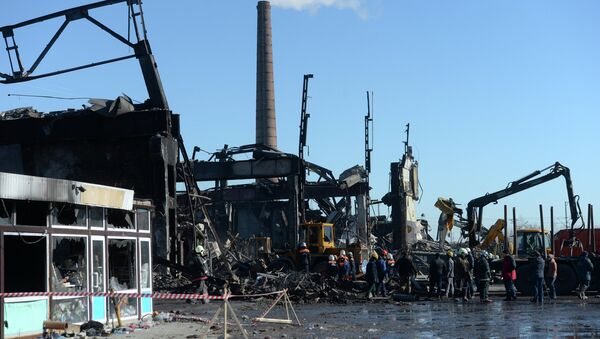 Разбор завалов на месте пожара в казанском торговом центре Адмирал