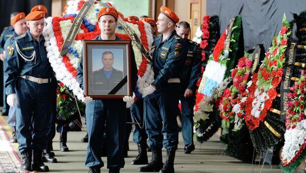 Гражданская панихида по погибшему при пожаре подполковнику МЧС С.Костину в Казани
