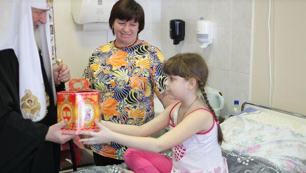 Патриарх Кирилл вручает пасхальные подарки больным детям