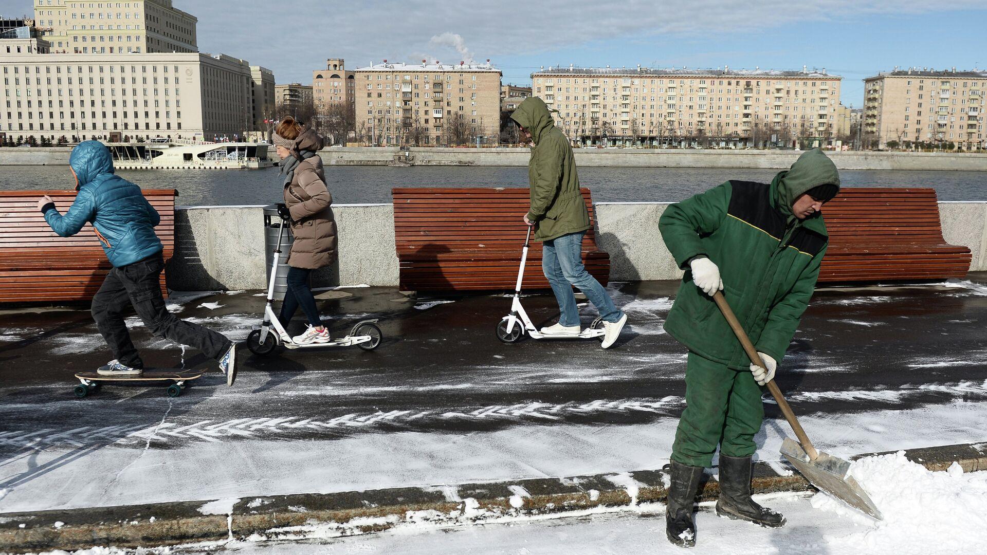 Сотрудник служб ЖКХ убирает снег - РИА Новости, 1920, 15.03.2021