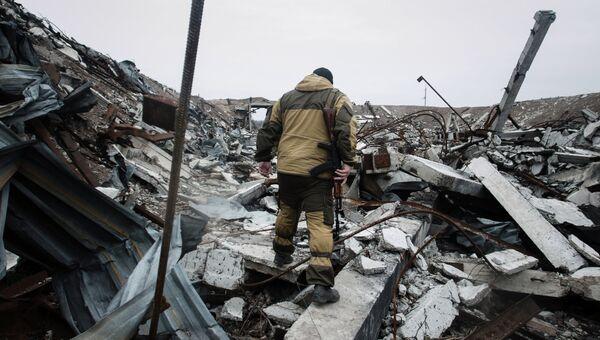 Ополченец Донецкой народной республики (ДНР) на территории уничтоженного склада боеприпасов украинских силовиков. Архивное фото