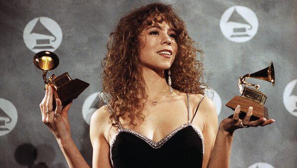 Певица Мэрайя Кэри с двумя статуэтками премии Грэмми полученными в 1991 году