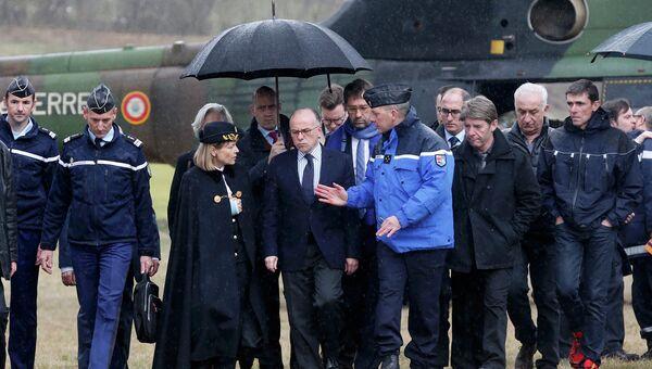 Глава МВД Франции Бернар Казнёв возле места крушения A320