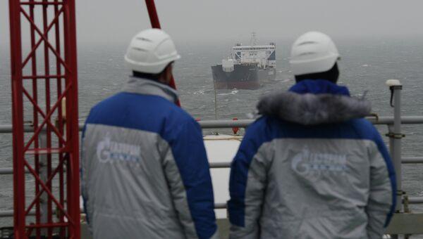 Сотрудники ледостойкой нефтяной платформы. Архивное фото