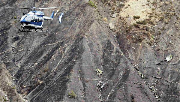 Вертолет французской службы спасения на месте крушения Airbus A320 авиакомпании Germanwings в Альпах