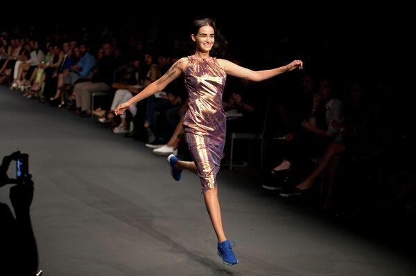 Модель во время показа дизайнера Matin Mozhdeh на Неделе моды в Лиме, Перу