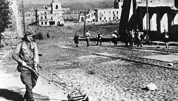 Сапер А. Медведев разминирует улицу Советскую в день освобождения города Смоленска
