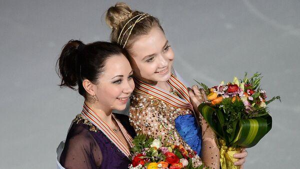 Российские фигуристки Елизавета Туктамышева и Елена Радионова на церемонии награждения на чемпионате мире в Шанхае