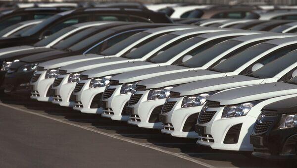Автомобили Opel и Chevrolet на автостоянке возле завода General Motors. Архивное фото