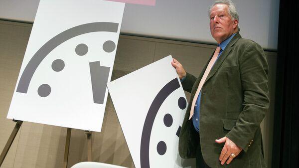 Ученый Ричард Сомервилль из журнала Бюллетень ученых-атомщиков переводит стрелки Часов Судного Дня на без трех минут полночь