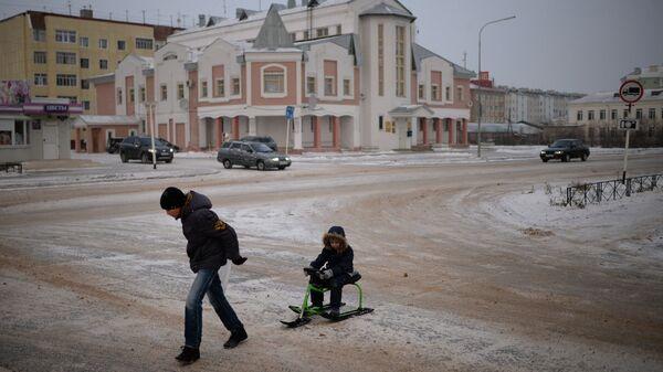 Дети на одной из улиц в городе Нарьян-Мар