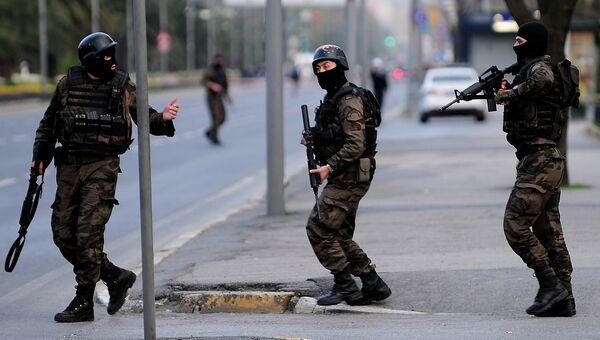 Турецкие силы безопасности недалеко от штаб-квартиры полиции в Стамбуле
