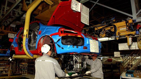 Рабочие на заводе GM Korea. Архивное фото