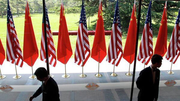 Флаги Китая и США на церемонии открытия американо-китайского стратегического и экономического диалога в Пекине. Архивное фото