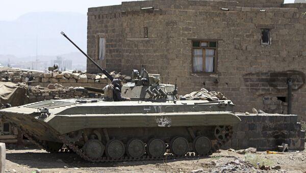 Бронемашина на позиции возле президентского дворца в Сане, Йемен
