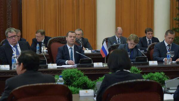 Председатель правительства РФ Дмитрий Медведев во время российско-вьетнамских переговоров в расширенном составе в Ханое, Вьетнам