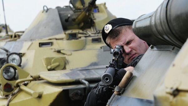 Военнослужащий Внутренних войск МВД России во время учений. Архивное фото