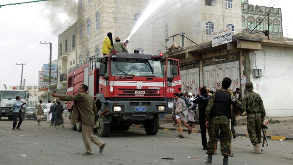 Тушение пожара после авиаудара в Сане, Йемен. Апрель 2015