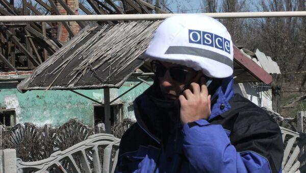 Представители ОБСЕ осматривают поселок Спартак в Донецкой области. Архивное фото