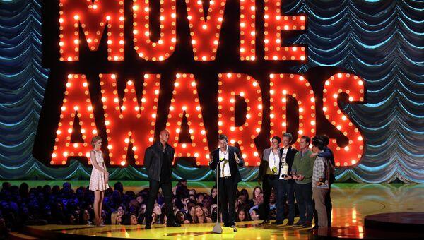 Джон Грин актеры и съемочная группа фильма Виноваты звезды принимают награду за фильм года на церемонии MTV Movie Awards
