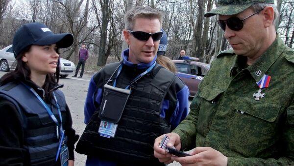 Представитель ополчения ДНР Эдуард Басурин и сотрудник миссии ОБСЕ . Архивное фото