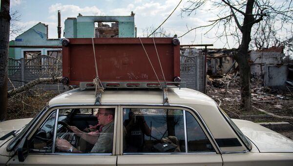 Житель покидает место боевых действий в районе аэропорта Донецка, Украина. Апрель 2015