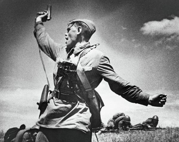 Младший политрук Алексей Еременко ведет солдат в атаку