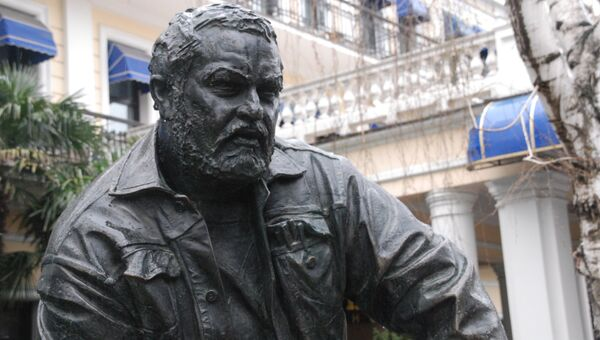 Памятник Юлиану Семенову рядом с отелем Ореанда в Ялте