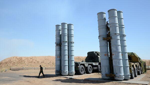 Военнослужащий у зенитно-ракетной системы С-300ПС. Архивное фото