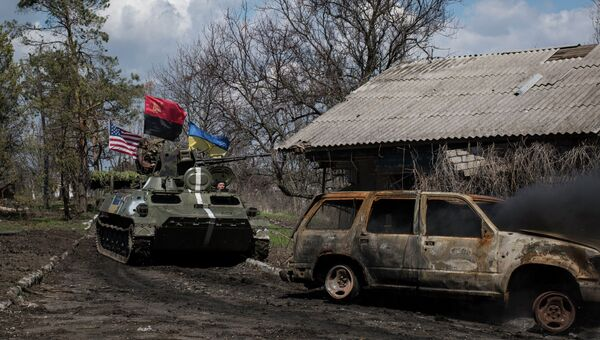 Танк ВСУ с флагами Украины, США и Правого сектора возле Широкино. Архивное фото