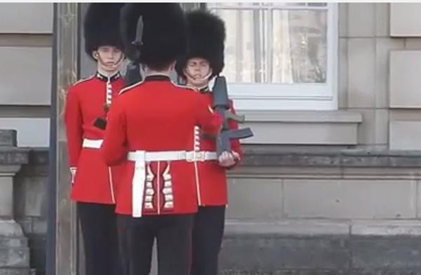 Караул! Почетный караул Букингемского дворца и чувство равновесия