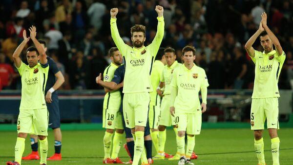 Футболисты Барселоны праздную победу над ПСЖ