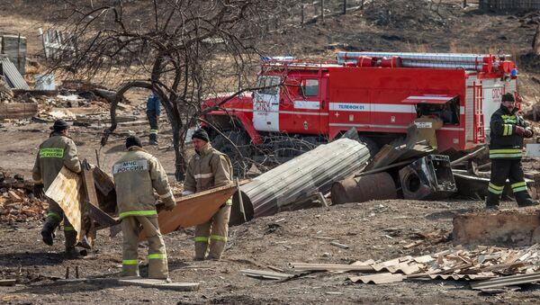 Сотрудники МЧС России работают в наиболее пострадавшем от пожара поселке Шира Республики Хакасия. Архивное фото