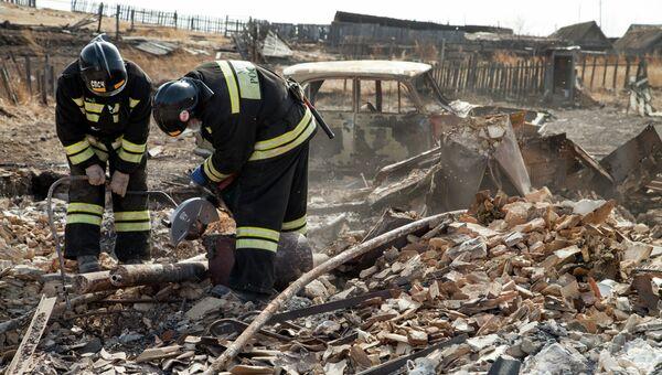 Сотрудники МЧС России работают в наиболее пострадавшем от пожара поселке Шира Республики Хакасия