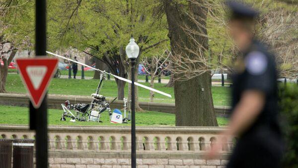Вертолет приземлился на лужайку у главного здания конгресса США в Вашингтоне. 15 апреля 2015