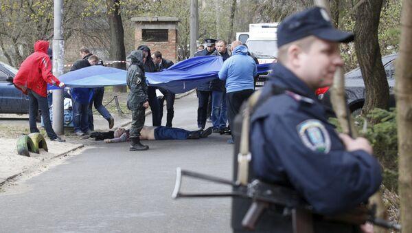 Криминалисты и работники полиции работают на месте убийства журналиста-оппозиционера Олеся Бузины в Киеве, Украина