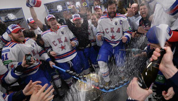 Игроки СКА, ставшие обладателями Кубка Гагарина Континентальной хоккейной лиги сезона 2014-2015, празднуют победу