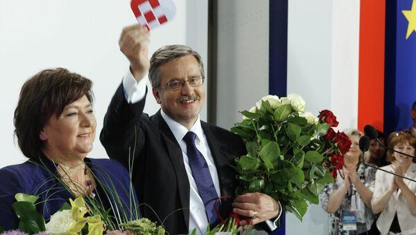 Кандидат в президенты от правящей партии Гражданская платформа Бронислав Коморовский с супругой Анной после оглашения результатов во время второго тура выборов