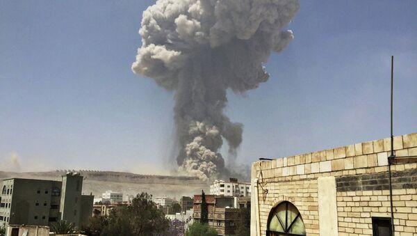 Взрыв на ракетном складе в столице Йемена Сане после авиаудара. Архивное фото