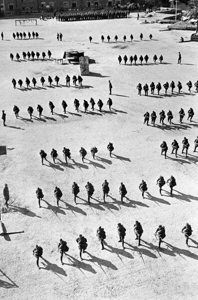 Строевые занятия резервов пехоты. Казармы Н-ского полка им. Ворошилова. Москва, август 1941 год