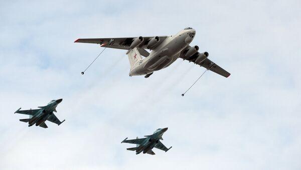 Самолет-заправщик Ил-78 и истребители-бомбардировщики Су-34. Архивное фото