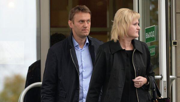 Оппозиционер Алексей Навальный и адвокат Ольга Михайлова у здания Мосгорсуда после судебного заседания