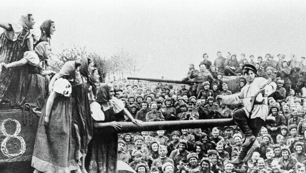 Артисты фронтовой бригады дают концерт в 36-й танковой бригаде