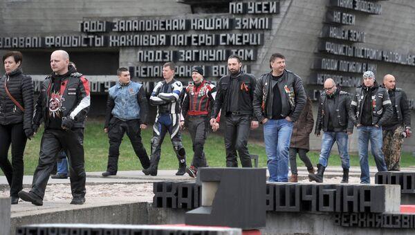 Мотоциклисты из клуба Ночные волки у мемориального комплекса в деревне Хатынь