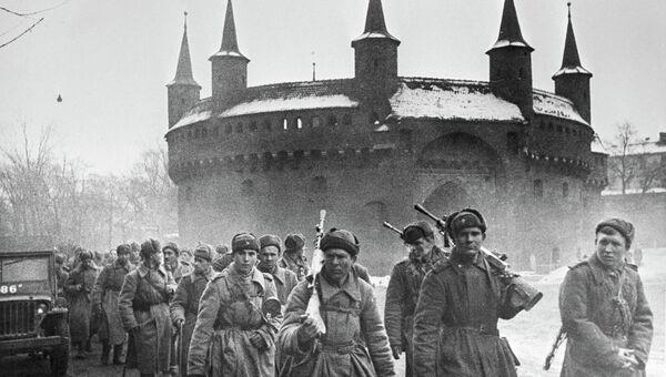 Бойцы I Украинского фронта на одной из улиц Кракова. 8 февраля 1945 года
