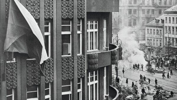 На здании в Праге развевается флаг Чехословакии. Май 1945 года