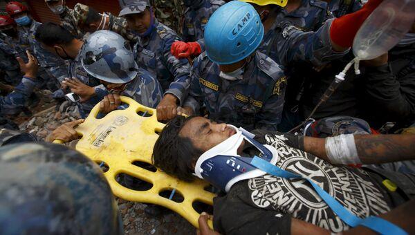 15-летний подросток Пема Лама, найденный непальскими спасателями под завалами в Катманду