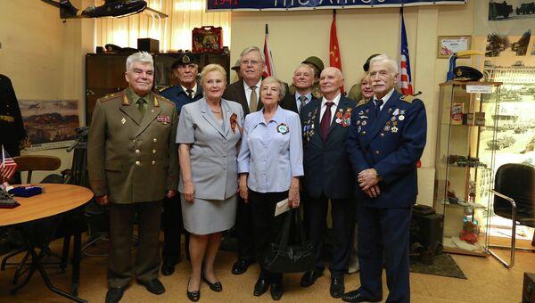 Посол США в России Джон Теффт во время посещения музея Союзники и ленд-лиз